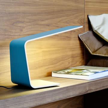 Stylische Led 1 Tischleuchte auf dem Nachttischchen