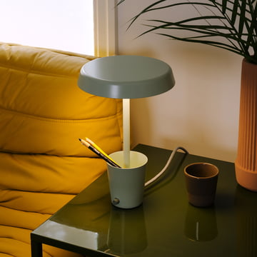 Cup Leuchte von Umbra neben dem Sofa