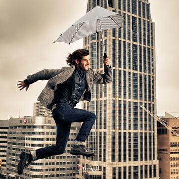 Senz - Kollektion 2014, springender Mann mit Regenschirm