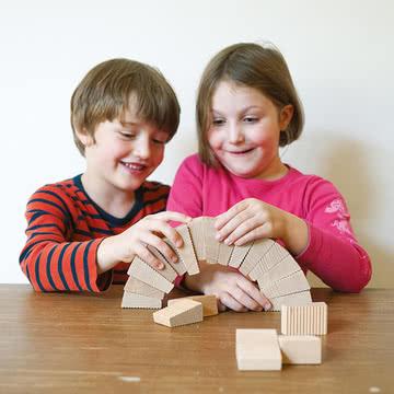 Lessing - Follies Stapelspiel, spielende Kinder