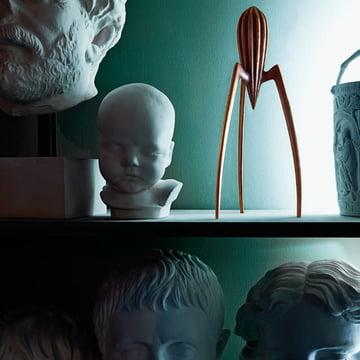 Alessi - Zitronenpresse Juicy Salif bronze, zwischen Kunstobjekten