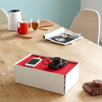 Die weiß-rote Aufladestation Charge-Box von Konstantin Slawinski lässt Ladekabel unsichtbar werden