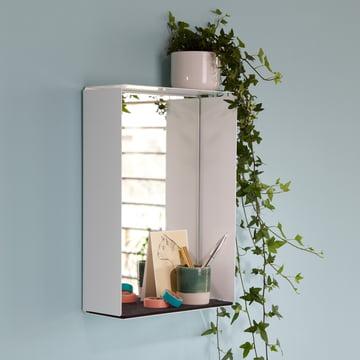 Der Wandspiegel von Konstantin Slawinski ist Spiegel und Ablage zugleich