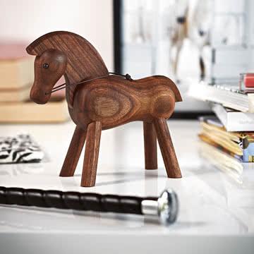 Pferd von Kay Bojesen in kontrastreicher Umgebung
