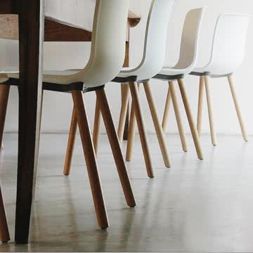 Hal Wood Stuhl von Vitra aus heller Eiche und mit weißer Sitzschale