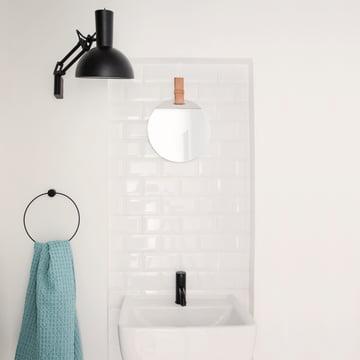 Enter Spiegel von ferm Living im Badezimmer
