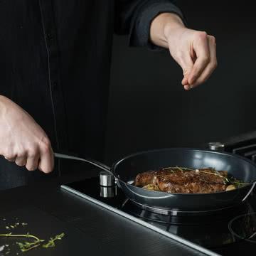 Kochen mit der Pfanne aus der All Steel Serie