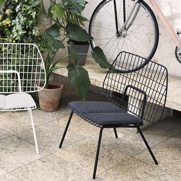 Der WM String Lounge Chair von Menu mit Sitzkissen