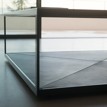 Zwei Ablageflächen aus Glas und Leder