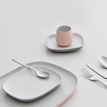 Ovale Geschirr-Kollektion mit Besteck