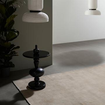 Der &Tradition Moor Rug Teppich die Formakami Leuchte und der Shuffle Table