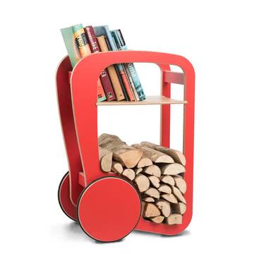 Brennmaterial und Bücher finden Platz im Wohnzimmer