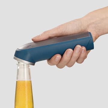 BarWise Flaschenöffner mit Deckelsammelmechanismus von Joseph Joseph in Blau