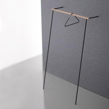 Leanon Garderobe und Triangle Kleiderbügel von Roomsafari