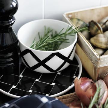 Oiva Spaljé Schale und Oiva Basket Teller in einer Küche
