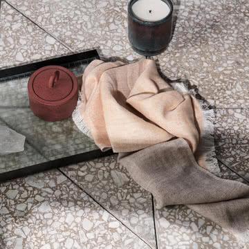 Blend Geschirrtuch, Haze Tablett und Buckle Vorratsbehälter von ferm Living
