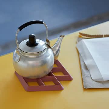 Der Hay - Rhom Trivet Untersetzer mit Teekanne