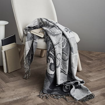 Die Juna - Bjørn Wiinblad Gobelin Decke 130 x 195 cm in grau auf dem Stuhl