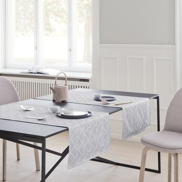 Der Georg Jensen Damask - Arne Jacobsen Tischläufer, opalgrau auf dem Esstisch