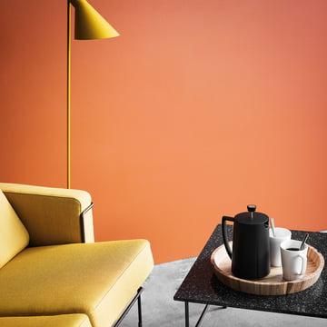 Grand Cru Kaffeepresse von Rosendahl auf dem Couchtisch neben dem Sofa