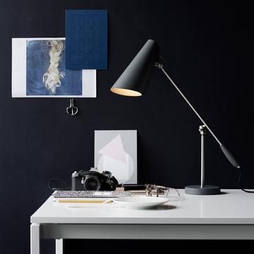 Die Northern Lighting - Birdy Tischleuchte in grau / metallic auf dem Schreibtisch platziert