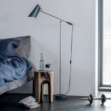 Die Northern Lighting - Birdy Stehleuchte als Nachtleuchte neben dem Bett