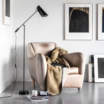Die Northern Lighting - Birdy Stehleuchte als Leseleuchte neben dem Sessel
