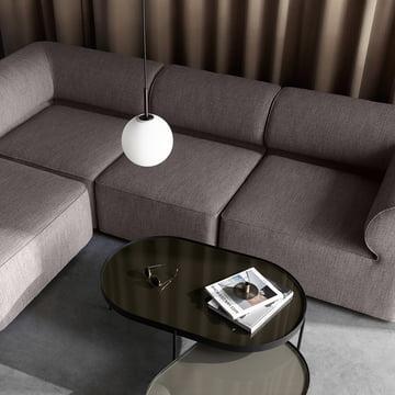 Die Menu - TR Pendelleuchte in schwarz gemeinsam mit dem Eave Modular Sofa