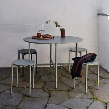 Der Skagerak - Picnic Tisch und Picnic Hocker in slate grey auf der Terrasse