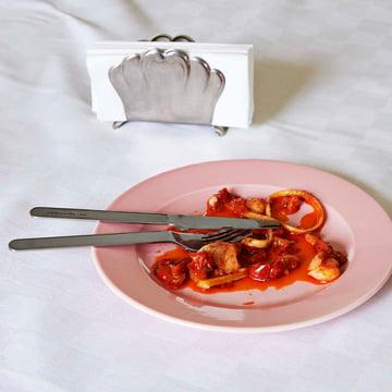 Hay - Rainbow Teller in light pink, Everyday Geschirr und Italienischer Serviettenhalter auf dem Tisch platziert