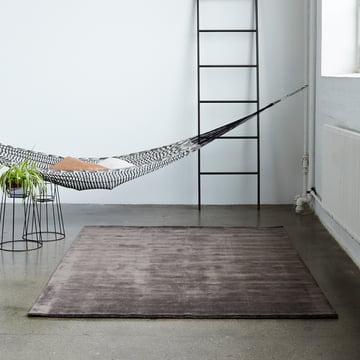 Der Massimo - Earth Bamboo Teppich dekorativ im Raum platziert