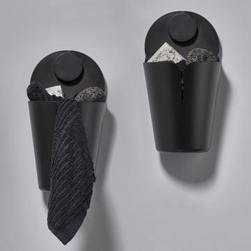Der Zone Denmark - Puck Bucket Wandbehälter in schwarz mit Utensilien bestückt.