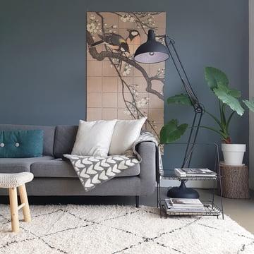 Kohlmeisen auf einem Kirschbaum (Koson) von IXXI über dem Sofa im Wohnzimmer