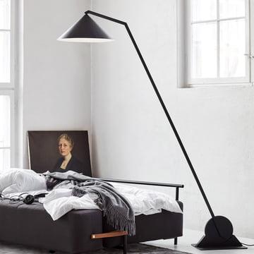 Die Northern - Gear Stehleuchte neben dem Bett