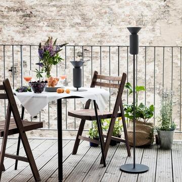 Die Northern - Poppy Tisch-Öllampe auf der Terrasse