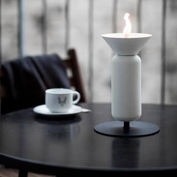 Die Northern - Poppy Tisch-Öllampe auf dem Gartentisch