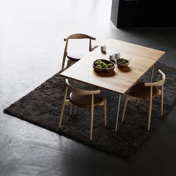 Der Carl Hansen - CH20 Elbow Chair mit CH322 Tisch