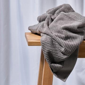 Das Zone Denmark - Classic Handtuch, grau auf einer Holzbank