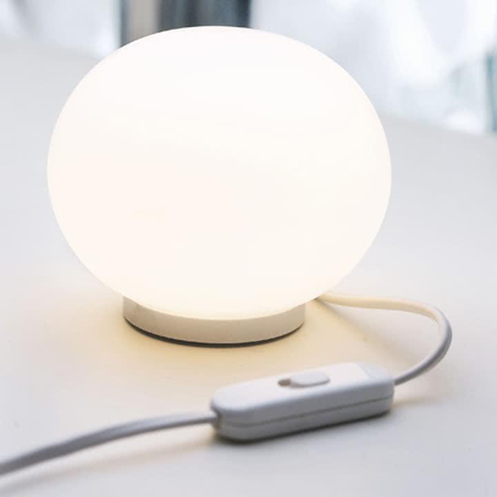 Zartes Licht mit der Mini Glo-Ball Tischlampe von Flos