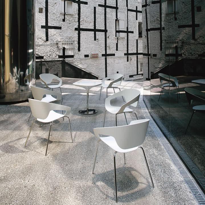 Moderner Außenbereich mit Vad Stühlen und Tischen in Weiß