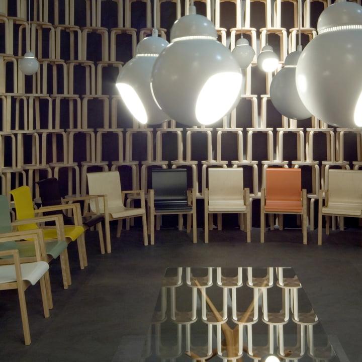 Artek - 403 Hallway Sessel mit Bilberry Pendelleuchte