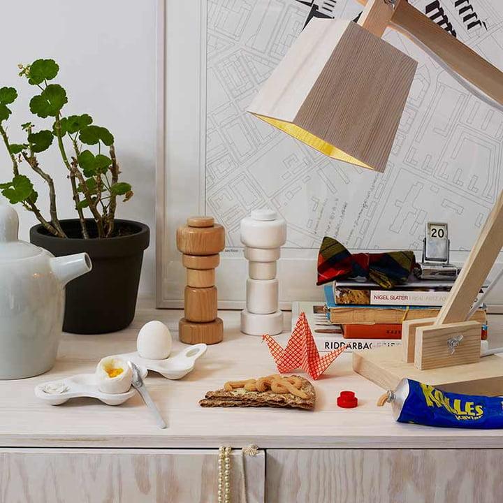 Die Wood Lamp Tischleuchte und der Surface Eierbecher von Muuto