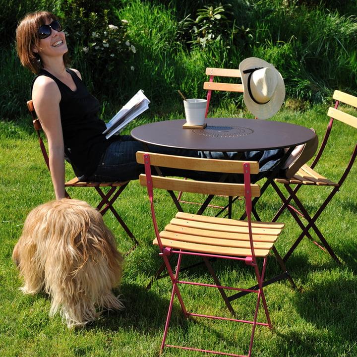 Outdoor-Klassiker mit einer Sitzfläche aus Holz