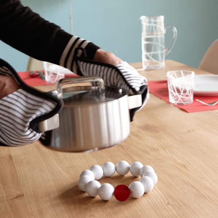 Perle ist ein Untersetzer von Konstantin Slawinski, der Ihren Esstisch vor heißen Töpfen, Pfannen und Auflaufformen schützt