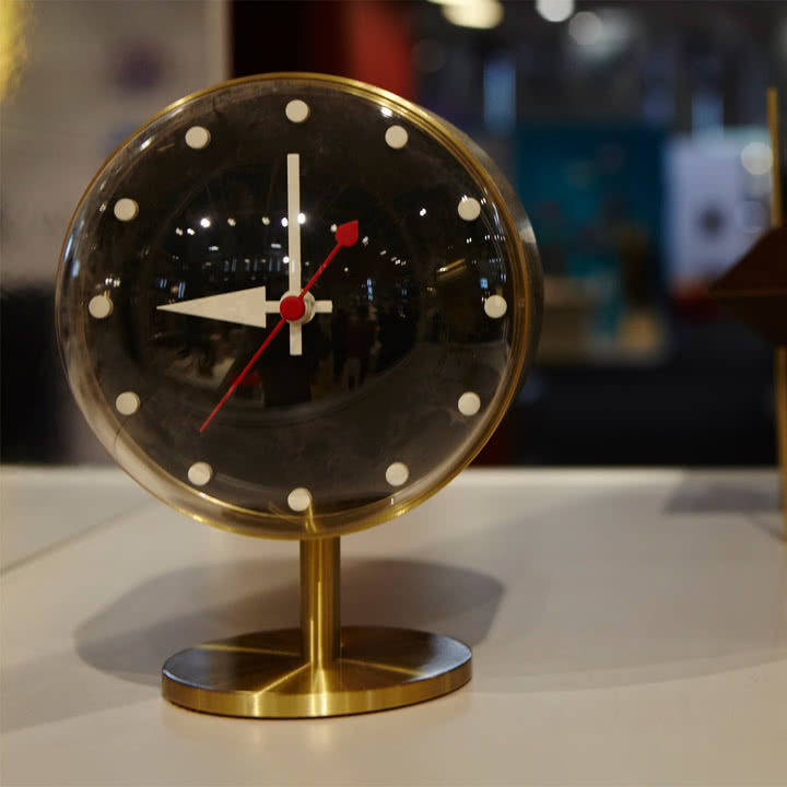 Vitra - Night Clock aus Messing und Acrylglas