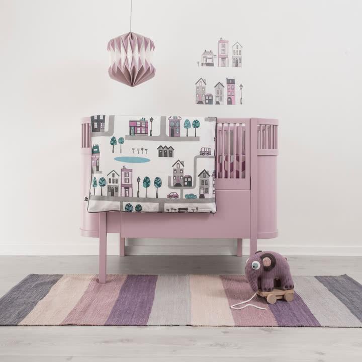 Modernes Kinderzimmer im dezenten Rosa