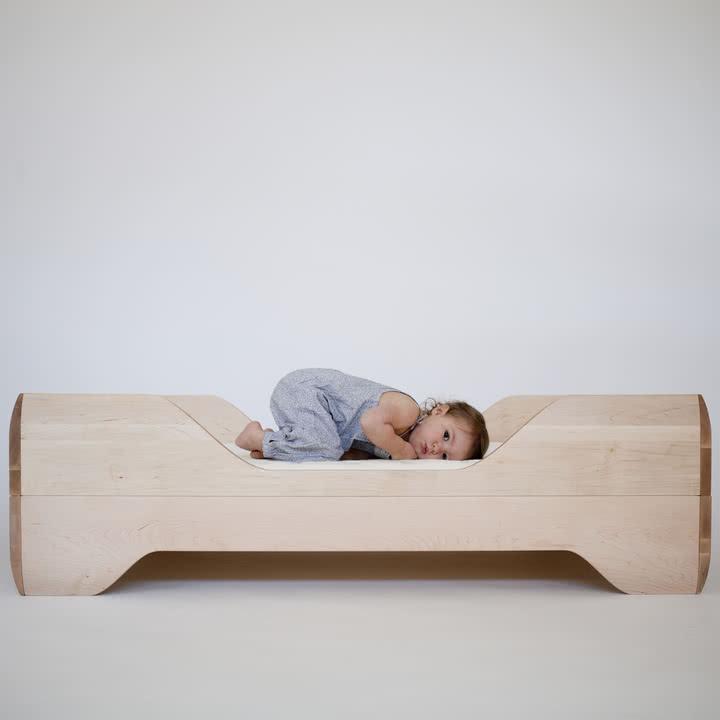 Niedriges Kinderbett mit Holzrahmen