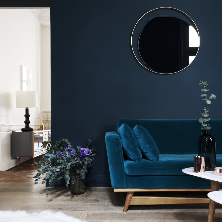 Retro-Wohnzimmer mit dunklen Wänden und Messingdetails