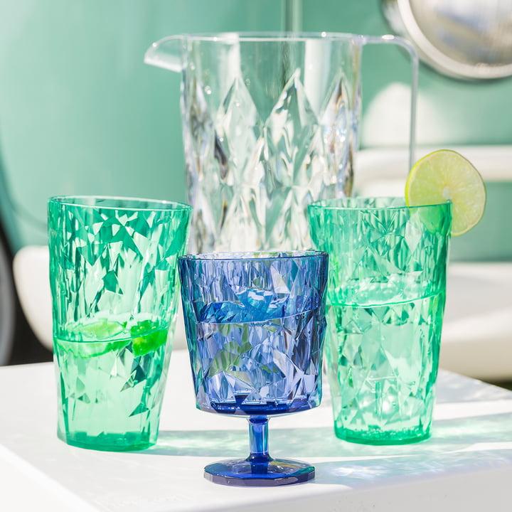 Gläser und Karaffe der Koziol Crystal Kollektion in verschiedenen Farben