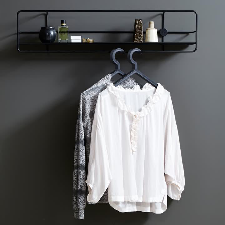 Illusion Hanger mit Coupé Wandregal von Woud